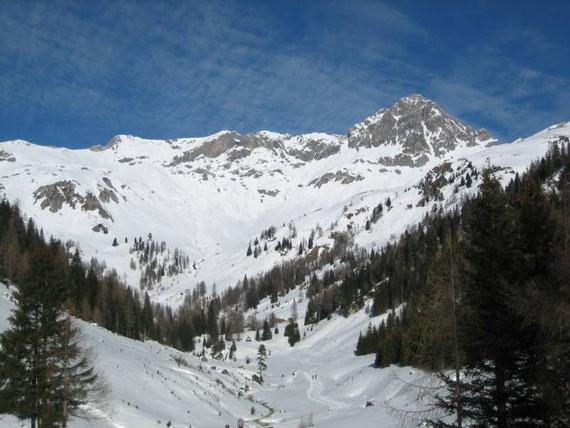 Beim Aufstieg der Blick in den Talschluss, rechts im Bild die Permuthwand (2479m)