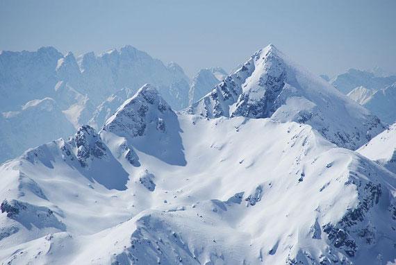 Im Südwesten zeigt sich die Hochtristen mit ihrer Gipfelrinne, links daneben die Sensenspitze