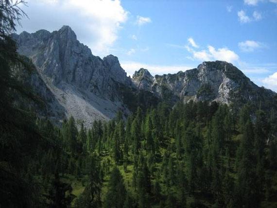Beim Aufstieg kurz vor dem Boden. Im Hintergrund der Gipfel des Caccciatore (Bildmitte)