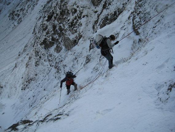Beim Aufstieg müssen wir uns bei einer Querung mehrere Meter abseilen, der Winter 2008/09 hat schon seine ersten Vorboten geschickt