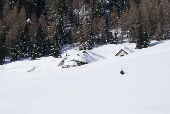 Die tief verschneite Cregnedul- Alm