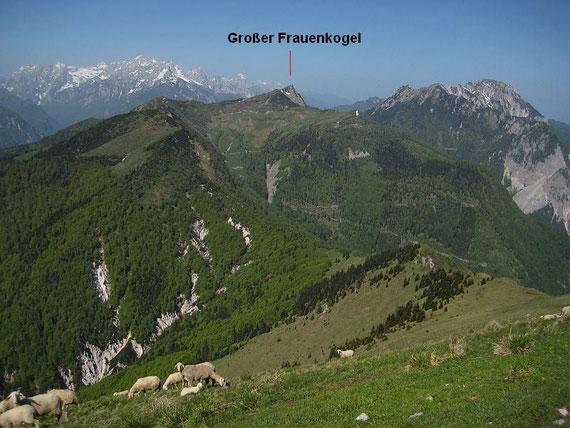 Die weitere Runde zeigt sich,  der Große Frauenkogel stellt den westlichsten und höchsten Punkt dar; links im Bild die Julischen ALpen