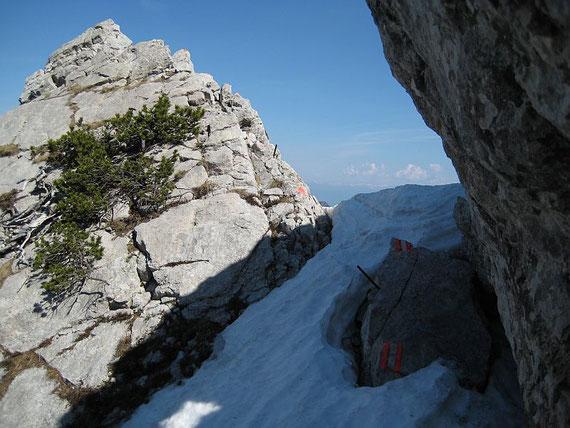 Nach der Gratquerung geht es über eine kleine Scharte hinein in eine steile Flanke