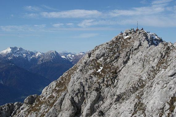 Am Gipfel herrscht reger Betrieb, im Hintergrund links das Kellerwandmassiv und die Hohe Warte