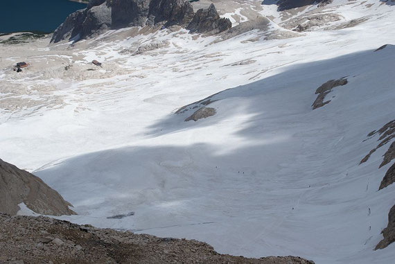 Der Blick hinunter zum Marmoladagletscher, links im Bild das Rifugio Pian dei Fiacconi