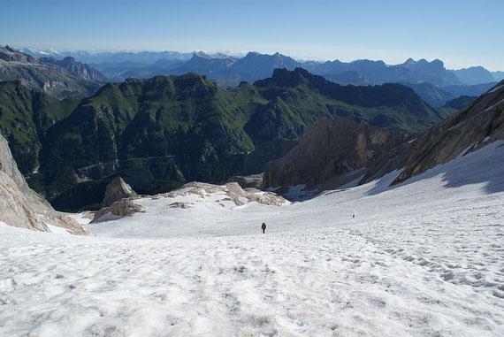 Am Gletscherrest geht es höher hin zur Forcella della Moarmoalda
