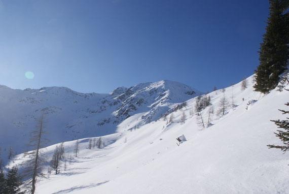 Der Gipfel zeigt sich, der Aufstieg erfolgt über den Grat rechts vom Gipfel