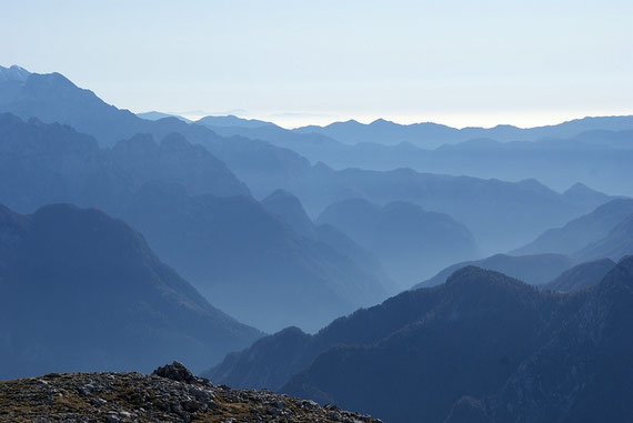 Nach Süden hin der Blick über die zahlreichen Bergketten der Julischen Voralpen