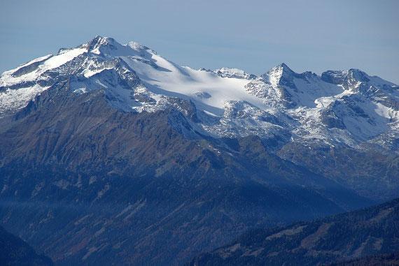Während die Nockberge bis auf wenige Schneefelder noch braun sind, erstrahlt die Hochalm bereits im winterlichen Gewand
