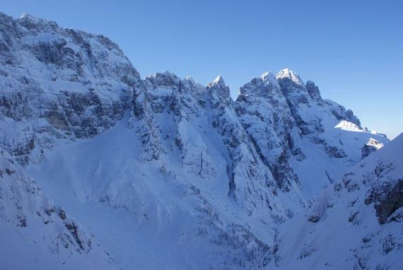 Blick nach Westen zum Montasch (rechts) und der Huda Paliza (Schlucht knapp rechts der Bildmitte)