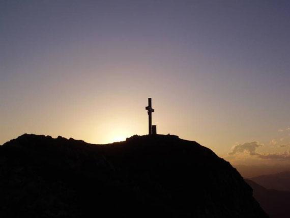 Das Gipfelkreuz bei Sonnenuntergang