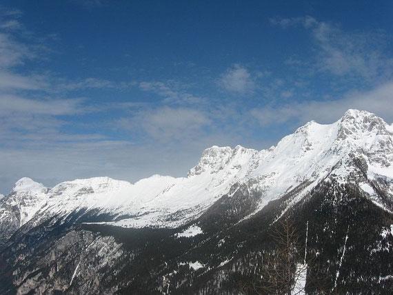 Von rechts nach links: Mondeon del Buinz (2554m), Sella Buinz, Foronon del Buinz (2531m), versteckt die Forca del Palone, Montasch (2753m, mit dem markanten Felsabbruch in der Bildmitte) und der lange Grat zum Monte Cimone (2379m, links im Bild)