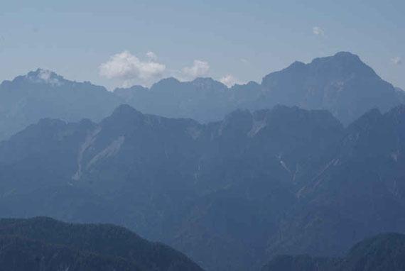 Im Süden erheben sich die Julier, hier im Bild Wischberg und Montasch