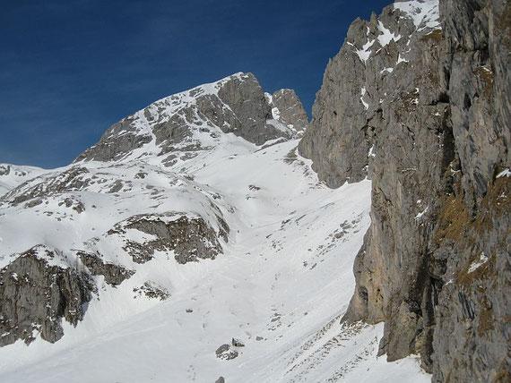 Der Blick hinunter in das Kar und auf die Keller Warte (2713m)