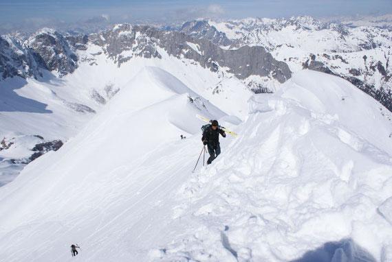 Die letzten Meter zum Gipfelkreuz, nur in manchen Jahren ist der östliche Gipfel eine lohnendes Ziel, meistens begnügt man sich mit dem westlichen Gipfel