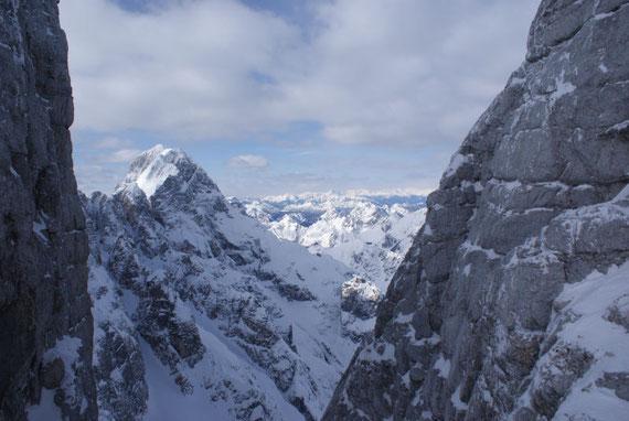 Nach Norden hin präsentieren sich die Karnischen und dahinter die Gailtaler Alpen, am Horizont zeigen sich auch noch ein paar Gipfel der Kreuzeckgruppe