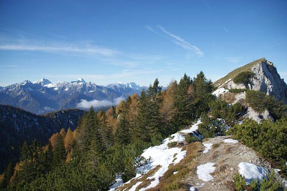 Kurz vorm Gipfel, links Mangart und Jalovec