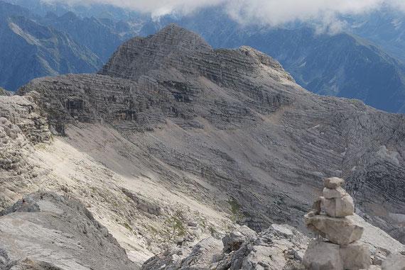Der Weg zurück nach Osten Richtung Bovec-Gondel-Bergstation. Der vielbegangene Weg ist gut zu erkennen. Im Hintergrund der Prestreljenik