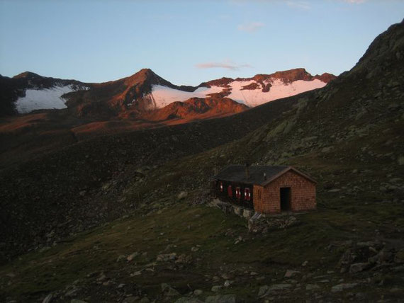 Bei geringer Bewölkung erfolgt der Aufbruch von der Hütte zusammen mit den ersten Sonnenstrahlen