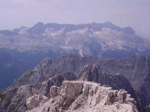 Hier der Blick vom Gipfel nach Süden in das Kaninmassiv. Rechts der Kanin (2587m) und links der Prestrejenik (2498m), im Vordergrund erheben sich Kastreinspitzen (2502m) und P. Plangis (2411m)