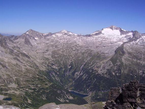 Nach Norden hin präsentieren sich von links nach rechts: Säuleck (3086m), Ankogel (3252m) und Hochalm (3360m)