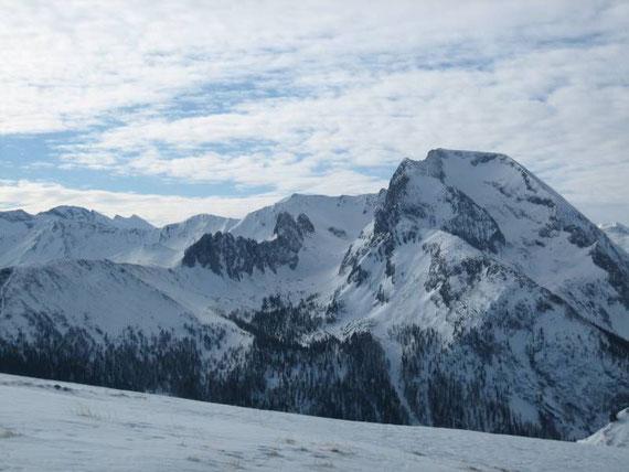 Im Südwesten kann man das mächtige Massive des Weißecks (2711m) mit der Hölle (Kessel links vom Gipfel) erkennen