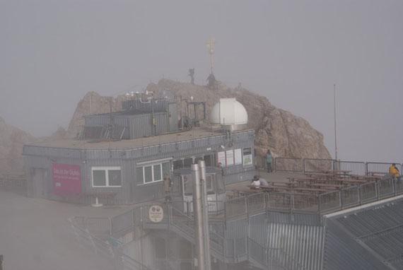 Der Gipfel, im Vordergrund die Seilbahnstation