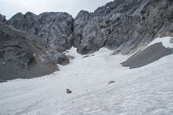 Der Blick vom tiefsten Punkt des Gletschers über die Zunge hinauf zum höchsten Punkt