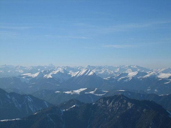 Der Blick nach Westen in die Bergwelt der Hohen Tauern mit dem Großglockner (3798m, höchster Berg im Bild), im Vordergrund kann man die Eckwand und den Staff erkennen