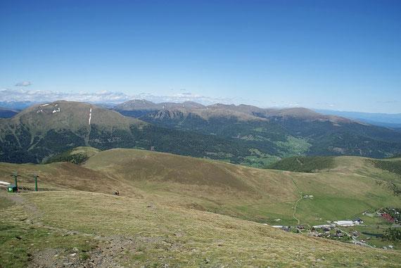 Vom Gipfel aus der herrliche Blick hinüber zum Speikkofel (rechts)