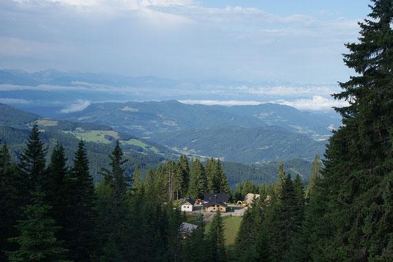 Kurz nach dem Abmarsch der Blick zurück zur Steinerhütte, im Hintergrund die Karawanken