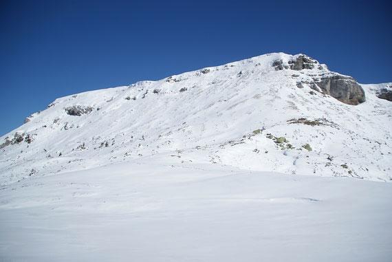 Die Südseite der Ringmauer, der Aufstieg erfolgt im rechten Teil um dann über dem massiven Felsen nach rechts zu queren. Bei passender Schneelage ist ev. auch ein direkter Aufstieg möglich.