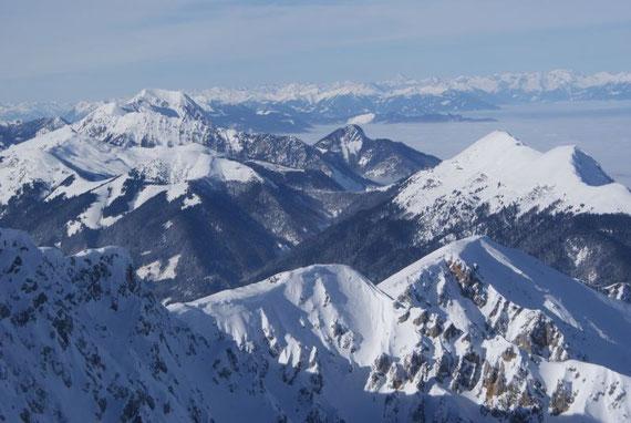 Vom Gipfel aus bietet sich ein traumhaftes Panorama, der Frauenkogel erscheint im Angesicht von Mittagskogel und den Hohen Tauern sehr klein