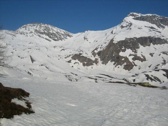 Blick von der Jamnigalm hinauf zum Feldseekopf (2864m), der Feldseescharte (2714m) und dem Vorderen Geißelkopf (2974m) (von links nach rechts)