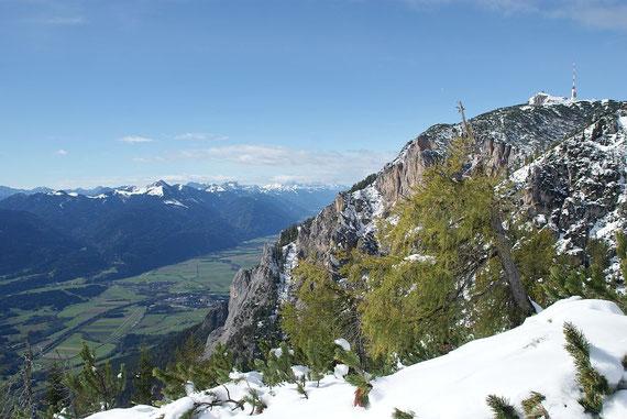 Blick vom Jägersteig zum Gipfel (rechts) und ins Gailtal mit dem Oisternig (links)