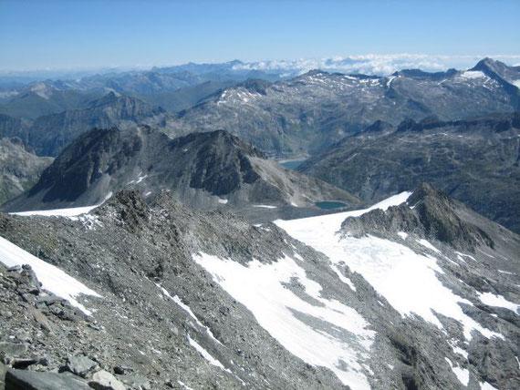 Davor erhebt sich das Schwarzhorn (2932m) mit dem Kölnbreinspeicher ganz klein im Hintergrund