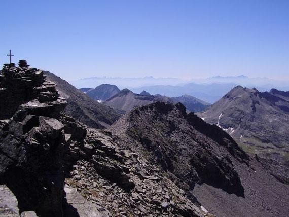 Vom Gipfel aus bietet sich ein herrlicher Rundblick in alle Himmelsrichtungen. Süden, der Gipfel mit den Silhouetten der Julischen Alpen