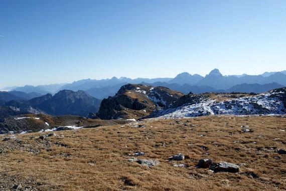 Der Weiterweg über die Creta di Pricot nach Osten, im Hintergrund die Julischen Alpen