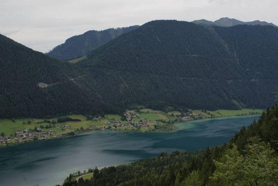 Beim Aufstieg zur Naggler Alm der Blick hinunter zum Weißensee