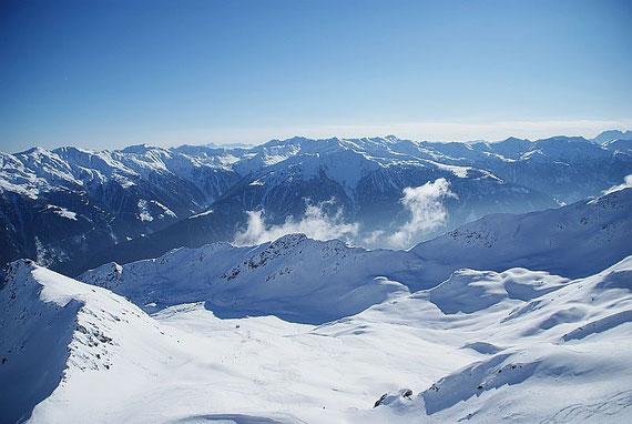Im Süden erhebt sich die Kreuzeckgruppe, dahinter Gailtaler und Karnische Alpen