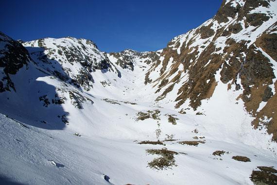 Blick durchs kleine Hochtal zur Wangenitzseehütte (Bildmitte)
