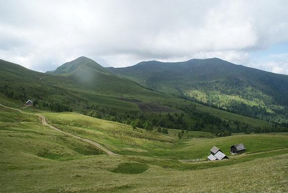 Beim Abstieg zu den Laggerwiesen der Blick  zum Langnock (links) und Stieleck (rechts)