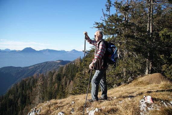Kurze Pause auf einem der kleinen Gipfel im Gratverlauf zum Kobesnock, im Hintergrund die östlichen Karnischen Alpen