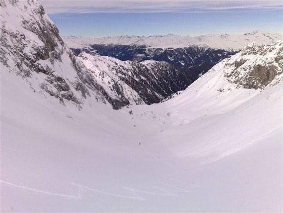 Vom Hintersattel der Blick hinunter in die Tscharre, im Norden zeigen sich die Villgratner Berge