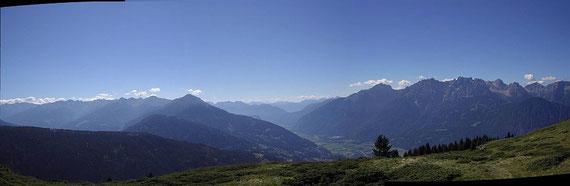 Herrliches Panorama; links die Kreuzeckgruppe, rechts die Lienzer Dolomiten