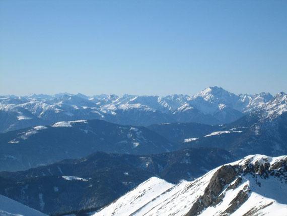 Im Südwesten erheben sich die Karnischen Alpen mit der Kellerwand (2778m)