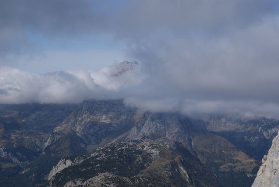 Nur der Gipfel des Collin ragt aus den Wolkenbänken heraus