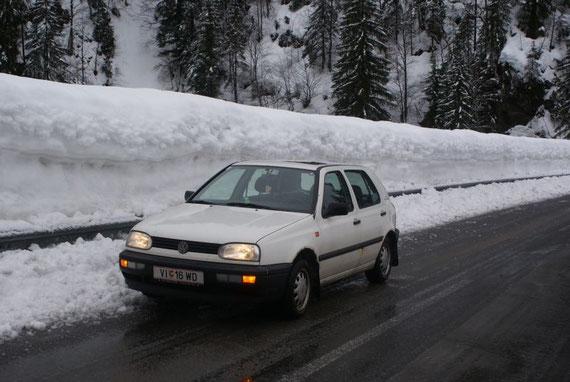 Die Straße ins Lesachtal gleicht über weite Strecken einer Bobbahn mit über 2m hohen Schneewänden