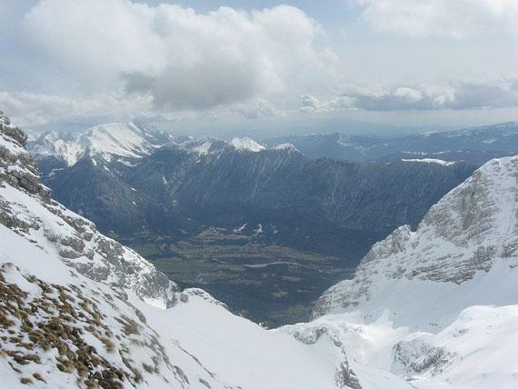 Tief unten im Soca-Tal liegt Bovec, im Hintergrund die Julischen Voralpen