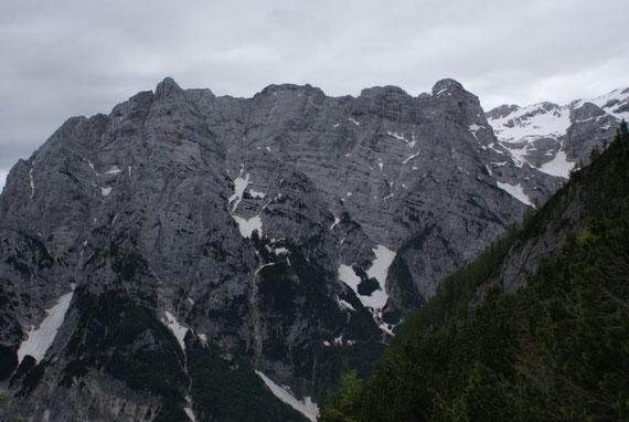 Blick nach Osten zum Begunjski Vrh (rechts)